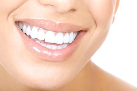 Як позбутися від жовтого нальоту на зубах
