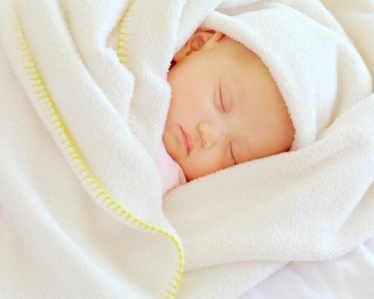 Як привчити новонароджених спати вночі