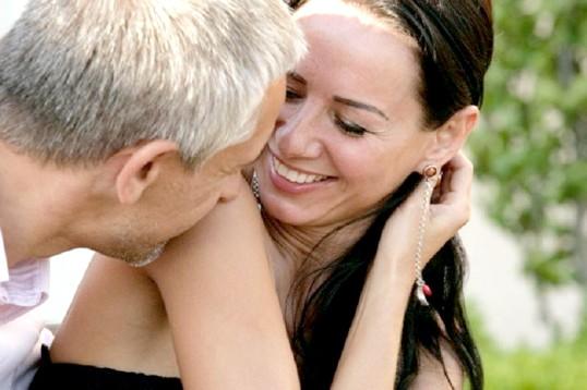 Як залучити чоловіка старше себе
