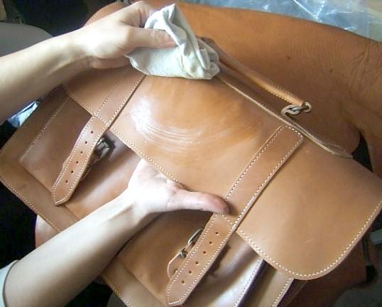 Як прати шкіряні сумки