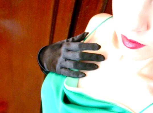 Які аксесуари підібрати до зеленого плаття