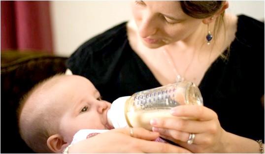 Скільки потрібно немовляті молока в день