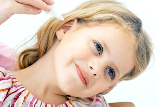 Як промивати вуха перекисом водню