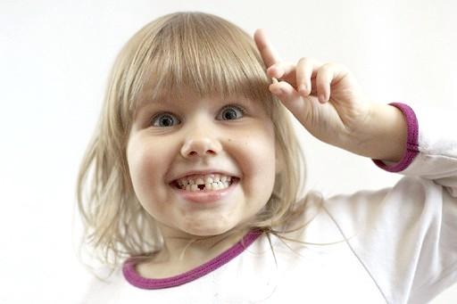 Як вирвати молочний зуб дитині