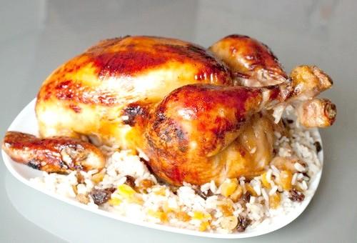 Як запекти курку з рисом в духовці
