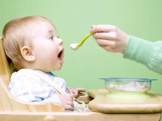 Як вводити прикорм дитині в 4 місяці