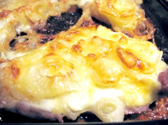 Як запекти свинину з картоплею
