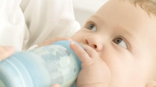 Як відучити малюка їсти вночі