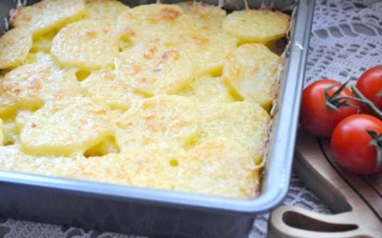 Як запекти картоплю з сиром у духовці